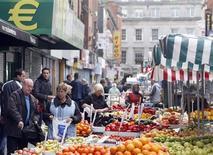 Прилавок с овощами и фруктами в Дублине 2 октября 2010 года. Ирландия во втором квартале вышла из второй рецессии за пять лет, но слабый рост ставит под сомнения официальные прогнозы на год и может подорвать надежды правительства на смягчение мер экономии. REUTERS/Cathal McNaughton