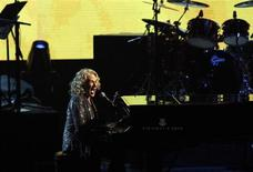 Carol King performs at the 2013 Rock and Roll Hall of Fame induction ceremony in Los Angeles April 18, 2013. REUTERS/Mario Anzuoni