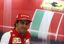 Piloto espanhol Fernando Alonso fotografado nos boxes antes do Grande Prêmio de Cingapura de Fórmula 1. Alonso espera construir um relacionamento forte com Kimi Raikkonen quando o finlandês retornar à Ferrari na próxima temporada, e acredita que a escuderia fez a escolha certa ao optar pelo campeão mundial de 2007 para substituir Felipe Massa. 19/09/2013. REUTERS/Edgar Su
