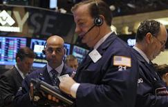 Wall Street a fini sur une note indécise jeudi, marquant ainsi une pause au lendemain de nouveaux records inscrits par le Dow Jones et le S&P 500 dans la foulée de la décision surprise de la Réserve fédérale de ne pas réduire ses rachats d'actifs obligataires. L'indice Dow Jones des 30 industrielles a perdu 0,26%, le S&P-500, plus large, a perdu 0,18%. Le Nasdaq Composite a en revanche avancé de son côté de 0,15%. /Photo prise le 19 septembre 2013/REUTERS/Brendan McDermid