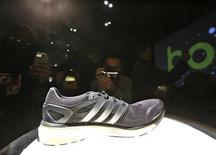 Adidas a lancé jeudi un deuxième avertissement sur résultats en moins de deux mois, le fabricant allemand d'articles de sport disant que des effets de change contraires, un problème de stocks en Russie et de piètres performances de sa division golf rendaient ses précédents objectifs inatteignables. /Photo prise le 13 février 2013/REUTERS/Brendan McDermid