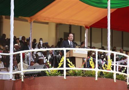 French President Francois Hollande speaks at the inauguration ceremony of Mali's new President Ibrahim Boubacar Keita at the Stade du 26 Mars stadium in Bamako September 19, 2013. REUTERS/Thierry Gouegnon