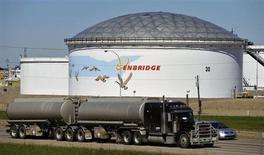 Хранилища нефти на терминале Enbridge в Эдмонтоне 4 августа 2012 года. Цены на нефть снижаются в связи с ростом добычи в Ливии, хотя инвесторы по-прежнему опасаются проблем с поставками с неспокойного Ближнего Востока. REUTERS/Dan Riedlhuber