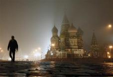 Мужчина идет по Красной площади в Москве 15 ноября 2009 года. Уикенд в Москве будет холодным и ненастным, прогнозируют синоптики. REUTERS/Denis Sinyakov