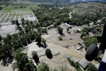 A rescue helicopter flies over Lyons, Colorado which was hard hit by flood waters September 17, 2013. REUTERS/Mark Leffingwell