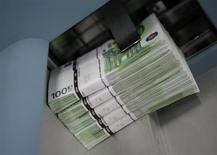 Le gouvernement italien a revu à la baisse ses prévisions économiques pour cette année et l'an prochain mais s'est engagé à contenir son déficit sous le seuil de 3%. Rome prévoit désormais une contraction de 1,7% du produit intérieur brut (PIB) cette année, contre -1,3% attendu jusqu'à présent. /Photo d'archives/REUTERS/Leonhard Foeger