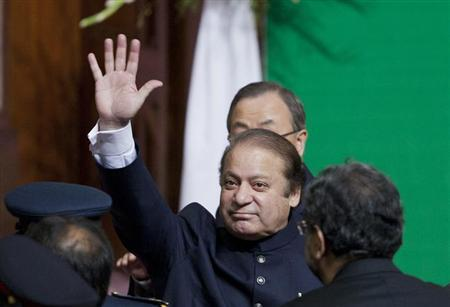 Pakistan's Prime Minister Nawaz Sharif waves to the crowd as he leaves after attending a flag raising ceremony to mark the country's 67th Independence Day in Islamabad August 14, 2013. REUTERS/Mian Khursheed