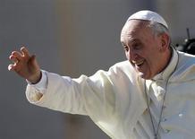 """Папа римский Франциск приветствует людей, собравшихся на площади Святого Петра в Ватикане 4 сентября 2013 года. Франциск заявил, что католическая церковь должна избавиться от одержимости в вопросах абортов, контрацепции и гомосексуализма и стать более милосердной, иначе рискует разрушить свою стройную систему моральных принципов """"как карточный домик"""". REUTERS/Tony Gentile"""