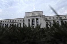 Здание ФРС США в Вашингтоне 31 июля 2013 года. ФРС США все-таки может сократить программу скупки облигаций на заседании в октябре, если данные подтвердят укрепление экономики, сказал в пятницу президент ФРБ Сент-Луиса Джеймс Буллард. REUTERS/Jonathan Ernst