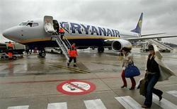 """Ryanair a pour la première fois reconnu vendredi un problème d'image, lié à son rapport avec ses passagers, et la première compagnie européenne à bas prix s'est engagée à changer des habitudes """"brusques"""" afin d'attirer les clients de concurrents plus coûteux. /Photo d'archives/REUTERS/Yves Herman"""