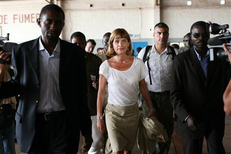 Anne Lauvergeon (C), head of French nuclear firm Areva, arrives at the Niamey airport after her visit in Arlit October 1, 2010. REUTERS/Simon Clement