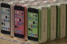 Imagen de archivo de unos teléfonos iPhone 5c de Apple en la tienda minorista de la firma en la Quinta Avenida de Manhattan, sep 20 2013. Los títulos de Apple Inc y de los principales proveedores de chips de sus nuevos iPhones subían el viernes, en un primer día de ventas que atraía a largas filas a las tiendas y antes de un fin de semana en el que probablemente se superarán las cifras de ventas iniciales del modelo del año pasado. REUTERS/Adrees Latif