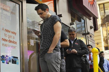 Customers wait in line to purchase the Apple iPhone 5S at an AT&T phone store in New York's Times Square, September 20, 2013. REUTERS/Brendan McDermid