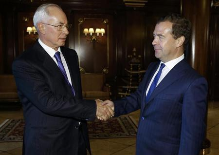 Russia's Prime Minister Dmitry Medvedev (R) shakes hands with his Ukrainian counterpart Mykola Azarov during a meeting at the Gorki state residence outside Moscow, August 26, 2013. REUTERS/Dmitry Astakhov/RIA Novosti/Pool