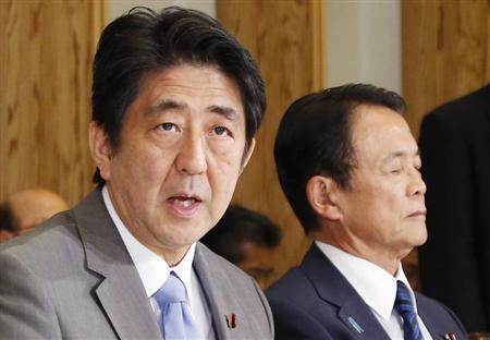 9月22日、安倍晋三首相はテレビ朝日とのインタビューで、消費増税が経済におよぼすリスクに関して、10月上旬に判断する自身の責任だとして、結果にも責任を持たなければならないと語った。13日、代表撮影(2013年 ロイター)