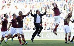 Novo técnico da Roma, Rudi Garcia (C), comemora em meio aos jogados do time após vitória do clube sobre a Lazio, em Roma. Garcia foi bem sucedido onde seus três antecessores falharam: levou seu time à vitória de 2 x 0 sobre a arquirrival Lazio neste domingo, mantendo a invencibilidade no Campeonato Italiano. 22/09/2013 REUTERS/Alessandro Bianchi