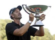Henrik Stenson of Sweden holds up the FedExCup trophy toward the gallery after winning the the Tour Championship golf tournament at East Lake Golf Club in Atlanta, Georgia, September 22, 2013. REUTERS/Tami Chappell (UNITED STATES - Tags: SPORT GOLF)