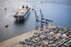 Судно MV Maersk Mc-Kinney Moller в порту Гданьска 21 августа 2013 года. Один из крупнейших в РФ портовых операторов Global Ports снизил чистую прибыль по международным стандартам на 25,9 процента в первом полугодии 2013 года до $53,7 миллиона, большую часть из которых он вернет в виде дивидендов, сообщила компания в понедельник. REUTERS/Renata Dabrowska/Agencja Gazeta