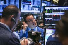 L'enthousiasme suscité la semaine dernière à Wall Street par la décision de la Réserve fédérale de maintenir ses mesures exceptionnelles de soutien commence déjà à se dissiper, car le message implicite de la Fed pourrait bien remettre en cause le niveau actuel de valorisation des actions. /Photo prise le 20 septembre 2013/REUTERS/Lucas Jackson