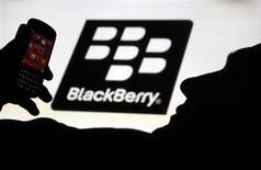 Le projet de BlackBerry d'abandonner le marché grand public pour se concentrer sur les entreprises et les administrations - ses clients historiques - est largement perçu comme une manoeuvre désespérée qui, selon les spécialistes du secteur, ne fera qu'accélérer la chute du groupe canadien. /Photo prise le 21 septembre 2013/REUTERS/Dado Ruvic