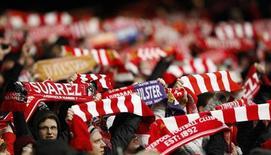 """Болельщики """"Ливерпуля"""" в матче против """"КПР"""" в Ливерпуле 10 сентября 2011 года. Матчи ведущих чемпионатов, а также Кубка английской лиги пройдут в Европе с понедельника по четверг. REUTERS/Phil Noble"""