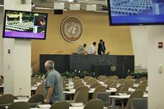 Funionários da ONU checam equipamentos e microfones para a Assembleia-geral da ONU, na sede da organização em Nova York. A guerra civil na Síria deve dominar a reunião anual da Assembleia-Geral da ONU, nesta semana em Nova York, mas várias outras crises também pairam sobre o evento, como a indignação internacional pelos programas de espionagem dos EUA. 22/09/2013. REUTERS/Eduardo Munoz