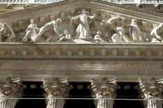 Wall Street a ouvert sur une note hésitante, les nouvelles positives en provenance de Chine et de la zone euro étant contre-balancées par les incertitudes persistantes sur le calendrier du début de retrait des mesures de soutien de la Réserve fédérale. Le Dow Jones progressait de 0,08% dans les premiers échanges, le Standard & Poor's 500 abandonnait 0,09% mais le Nasdaq Composite avançait de 0,22%. /Photo d'archives/REUTERS/Joshua Lott