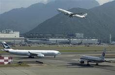 Les principales compagnies aériennes, fédérées au sein de l'Association internationale du transport aérien (Iata), ont abaissé de 8% leur prévision cumulée de bénéfice pour 2013, à 11,7 milliards de dollars (8,66 milliards d'euros). /Photo d'archives/REUTERS/Tyrone Siu