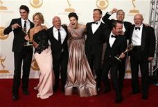 """El elenco de la serie Breaking Bad, de la cadena AMC, posa para una fotografía tras recibir el premio a la Mejor Serie Dramática en la entrega de los Emmy en Los Angeles, sep 22 2013. Aunque el sitio de internet para ver películas online Netflix irrumpió en la fiesta de los Emmy este año, fueron las cadenas de cable las que más tuvieron para celebrar en la ceremonia ya que HBO dominó entre los ganadores y AMC consiguió el prestigioso premio a mejor drama por """"Breaking Bad"""". REUTERS/Lucy Nicholson"""