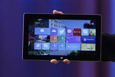 La Surface 2. Microsoft a présenté lundi de nouvelles versions, plus rapides et puissantes, de ses tablettes Surface afin de remédier à des ventes décevantes et de mieux affronter la concurrence de l'iPad d'Apple. /Photo prise le 23 septembre 2013/REUTERS/Shannon Stapleton
