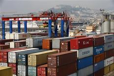 Un grupo de contenedores en la bahía de Nápoles, Italia, jul 13 2013. na oleada de nuevos pedidos ha impulsado a las empresas europeas y chinas en septiembre, pero la debilidad del crecimiento fabril en Estados Unidos moderó la evidencia de una recuperación de la economía mundial, según datos divulgados el lunes. REUTERS/Tony Gentile