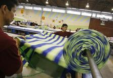 Un grupo de empleados textiles en una fábrica en Limam dic 6 2006. Las empresas de América Latina están preparadas para soportar el impacto de la eventual decisión de la Reserva Federal de Estados Unidos de recortar sus estímulos monetarios, pese a que enfrentarán mayores costos de financiamiento y un menor acceso al crédito, dijo el lunes Moody's Investors Service. REUTERS/Pilar Olivares