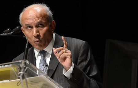 Fairfax Financial Holdings Ltd. Chairman and Chief Executive Officer Prem Watsa gestures while speaking during the company's annual meeting in Toronto April 11, 2013. REUTERS/Aaron Harris/Files