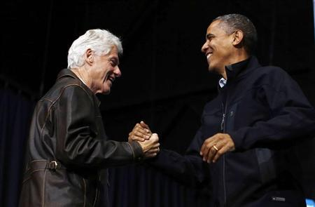 Former U.S. President Bill Clinton (L) introduces U.S. President Barack Obama during a campaign rally in Bristow, Virginia, November 3, 2012 REUTERS/Jason Reed