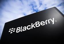 Логотип BlackBerry в кампусе компании в Ватерлоо, Канада 23 сентября 2013 года. Производитель смартфонов BlackBerry Ltd подписал соглашение о намерениях с консорциумом инвесторов во главе с Fairfax Financial Holdings Ltd о продаже за $4,7 миллиарда, сообщила BlackBerry. REUTERS/Mark Blinch