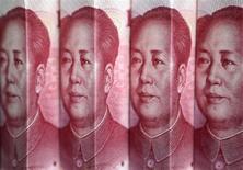 Банкноты в 100 китайских юаней в Пекине 11 июля 2013 года. Центробанк Китая осуществил крупнейшее за последние семь месяцев вливание средств на денежный рынок, смягчив опасения по поводу денежного кризиса в конце квартала, подобного тому, который взбудоражил мировые рынки в конце июня. REUTERS/Jason Lee