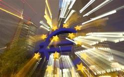Символ евро у центрального офиса ЕЦБ во Франкфурте-на-Майне 2 сентября 2013 года. Европейский Центробанк готов снова предложить банкам долгосрочные кредиты, чтобы предотвратить подъем ставок денежного рынка, сказал президент ЕЦБ Марио Драги. REUTERS/Kai Pfaffenbach