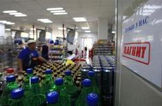 Бутылки газированной воды и банки пива в магазине Магнит в Подмосковье 1 августа 2012 года. Крупнейший российский ритейлер Магнит повысил прогноз рентабельности по EBITDA в 2013 году до прошлогодних 10,56 процента с ожидавшихся ранее 9,7-10 и озвучил планы открыть 80 гипермаркетов в 2014 году против 60-65 в текущем. REUTERS/Sergei Karpukhin