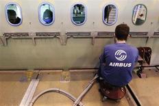 Airbus a relevé mardi de 3,6% sa demande pour le marché mondial de l'aviation civile au cours des 20 prochaines années, qu'il chiffre désormais à 29.226 avions passagers et fret d'une valeur estimée à près de 4.400 milliards de dollars (3.260 milliards d'euros). /Photo d'archives/ REUTERS/Stéphane Mahé
