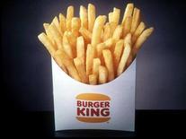 Пакет картофеля фри Burger King в Нью-Йорке 10 декабря 1997 года. Фастфуд-сеть Burger King Worldwide Inc планирует ввести в меню менее жирный картофель фри, уступив давлению потребителей, желающих видеть на рынке больше здоровой пищи. REUTERS/STR New