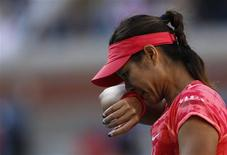 Li Na of China wipes her face during her match against Serena Williams of the U.S. at the U.S. Open tennis championships in New York September 6, 2013. REUTERS/Adam Hunger