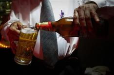 A bartender pours Haywards 5000 strong beer, a product of SABMiller, into a glass at a restaurant in Mumbai August 28, 2013. REUTERS/Danish Siddiqui