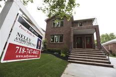Una vivienda a la venta en Nueva York, jun 19 2012. Los precios de las casas unifamiliares en Estados Unidos subieron en julio, aunque a un ritmo levemente menor, pese a que su avance interanual fue el mayor en siete años, mostró un sondeo difundido el martes. REUTERS/Shannon Stapleton