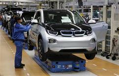 Un trabajador revisa un vehículo eléctrico i3 de BMW en una planta de la firma en Leipzig, Alemania, sep 18 2013. La confianza empresarial de Alemania mejoró levemente en septiembre para alcanzar su nivel más alto en 17 meses, lo que sugiere que la mayor economía de Europa se encamina a una firme recuperación después de una contracción sufrida a fines del 2012 y tras un débil inicio en el 2013. REUTERS/Fabrizio Bensch