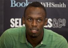 El velocista Usain Bolt durante la publicación de su autobiografía en Londres, sep 19 2013. El plusmarquista olímpico Usain Bolt renovó su contrato de patrocinio con Puma hasta después de los Juegos Olímpicos de Río de Janeiro 2016, dijo el martes la empresa deportiva alemana. REUTERS/Neil Hall