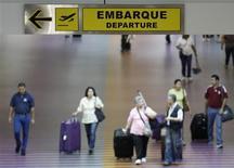 Un grupo de pasajeros en el aeropuerto Simón Bolívar en La Guaira, Venezuela, sep 23 2013. Un pasaje de avión de Caracas a Lima cuesta hoy casi ocho veces más que a principios de año. Y eso si uno tiene la suerte de conseguirlo: los billetes están agotados para los próximos cinco meses. REUTERS/Carlos Garcia Rawlins