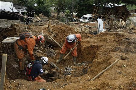 Rescue workers look for bodies at the site of a mudslide in the village of La Pintada, in the Mexican state of Guerrero September 23, 2013. REUTERS/Henry Romero