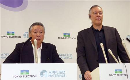 Tokyo Electron Ltd Chairman and President Tetsuro Higashi (L) and Applied Materials Inc Chief Executive Officer Gary Dickerson attend their joint news conference in Tokyo, in this photo taken by Kyodo September 24, 2013. REUTERS/Kyodo