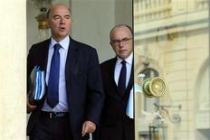 Le ministre de l'Economie Pierre Moscovici (à gauche) et le ministre du Budget Bernard Cazeneuve, au palais de l'Elysee. Le projet de loi de finances pour 2014 prévoit de ramener le déficit public de la France à 3,6% du PIB l'an prochain en faisant porter l'effort essentiellement sur les économies et en stabilisant les prélèvements obligatoires pour les entreprises. Pour bâtir son budget, le gouvernement a retenu une hypothèse de croissance de l'économie française de 0,9% en 2014 après 0,1% cette année, l'inflation accélérant à 1,3% après 0,9%. /Photo prise le 25 septembre 2013/REUTERS/Philippe Wojazer