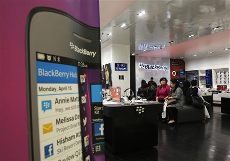 Customers waiting for repair services look on at a BlackBerry service centre in Jakarta September 25, 2013. REUTERS/Beawiharta